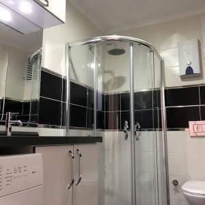 Tilava kylpyhuone. Asunnon ostaminen Turkin Alanyasta. Villa Alanya Turkissa.